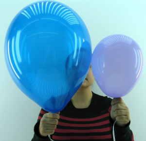 Luftballon mit 22cm Durchmesser und 30cm Durchmesser im direkten Vergleich